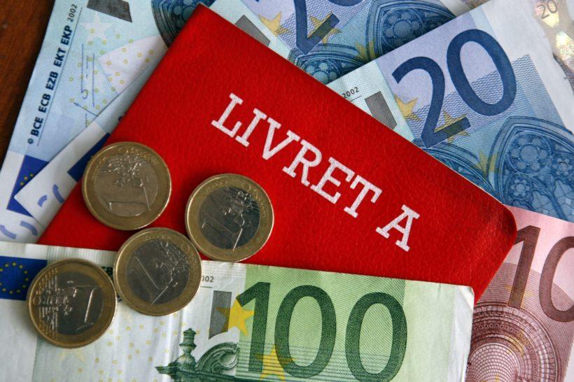 Illustration : le Livret A de la Caisse d'Epargne et des Euros. Paris le 12/05/07. Jean-Christophe MARMARA / Le Figaro
